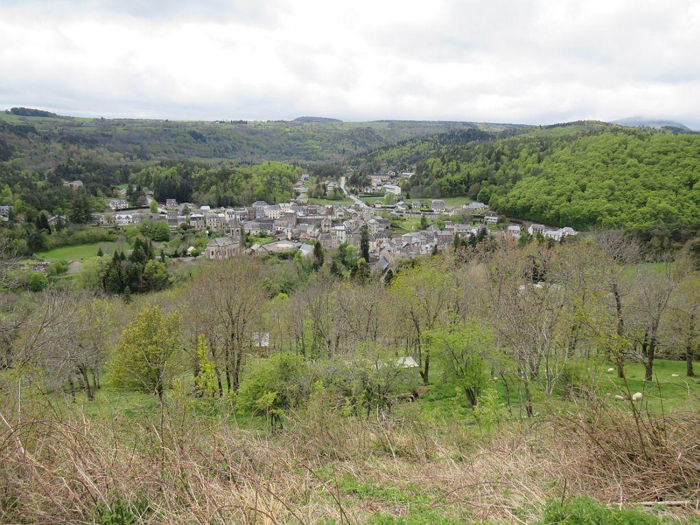 Bourg implanté dans un écrin de verdure à 850 mètres d'altitude au coeur du parc des volcans d'Auvergne.