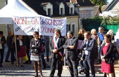 Les anti-gaz de schiste s'invitent à l'inauguration de la médiathèque de Joigny ! L'Yonne.Republicaine était là ainsi que FR3 Bourgogne !