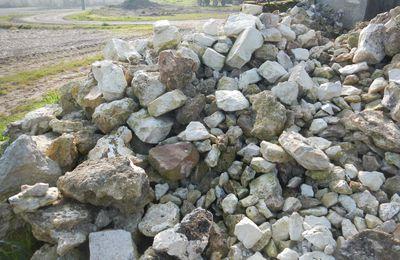 On bouge le tas de pierres du pignon en vue de la mise en place des IPN!!