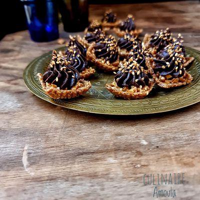 Mini tartelettes aux sésames, caramel au beurre salé et ganache chocolat-cannelle