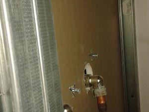 Puis le commencement du doublage pour cacher la plomberie disgracieuse, et permet aussi d'avoir un pan de mur d'aplomb et d'équerre.