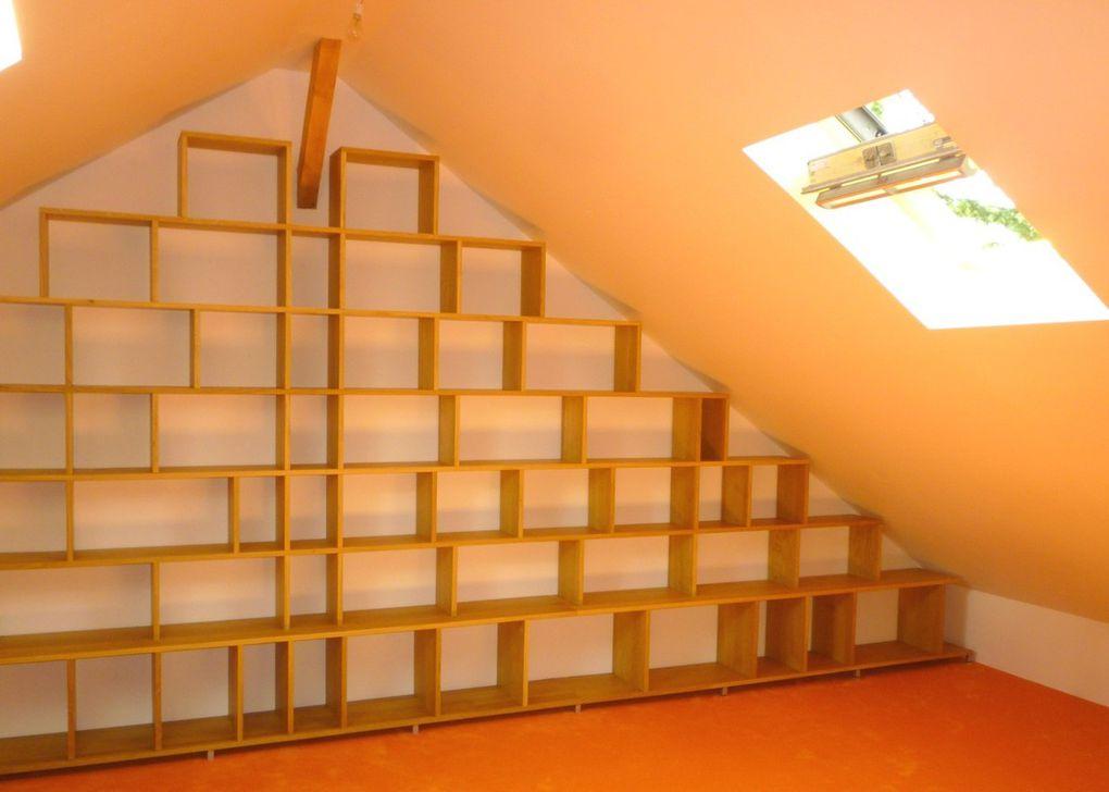 """Bibliothèque moderne """"BricK"""" en chêne  massif sous des combles"""