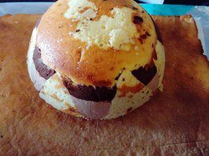 recette pour un gâteau de 16 personnes : 1) faire le biscuit qui va vous aider à tapisser le saladier et faire tenir la structure ronde , mélanger 3 oeufs +150 g de sucre ( bien faire mousser) +20 cl de crème liquide + 200 g de farine + 1 sachet de sucre vanillé + 1 sachet de levure 2) mettre cette pâte sur une plaque de four et faire cuire à 180° 15 min puis réserver 3) tapisser un grand saladier de film alimentaire, cela aidera au démoulage 4) faire la  mousse au chocolat noir 200g de chocolat à faire fondre au micro onde avec une noisette de beurre , ajouter 4 jaunes d'oeufs + 1 sachet de sucre vanillé, monter les blanc en neige et les incorporer au chocolat, verser cette préparation dans le saladier après y avoir comme sur la photo tapisser du biscuit 5) faire une pâte à crumble ( 50 g de sucre roux + 50g de farine + 50 g de beurre) 6) mettre cette préparation sur la mousse au chocolat (cela apportera du croquant à la dégustation) 7) faire la mousse au chocolat praliné : faire fondre 180 g de chocolat praliné au micro onde dans un bol filmé puissance 600 watts 3 min ajouter deux feuilles 1/2 de gélatine préalablement ramolli dans de l'eau , monter 20 cl de crème liquide en chantilly + 30 g de sucre et mélanger le chocolat 8) verser cette préparation sur la crumble dans le saladier 9) puis mettez des bouts du biscuit pour terminer le gâteau 10) réserver une nuit au frais 11) le lendemain faire un socle pour la boule (moi j'ai fait une pâte sablée voir la recette de la tarte au citron) 12) sur ce fond sablé demouler votre saladier au milieu 13)habillez ce gâteau de pâte à sucre , pour un pokeball il vous faut de la couleur rouge noir et blanche et voilà un bon gâteau qui ravira et les yeux et les papilles !!!