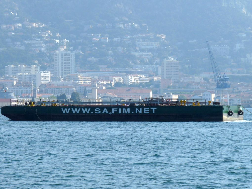 DAKOTA  II , barge arrivant àLa Seyne sur mer le 31 mai 2015