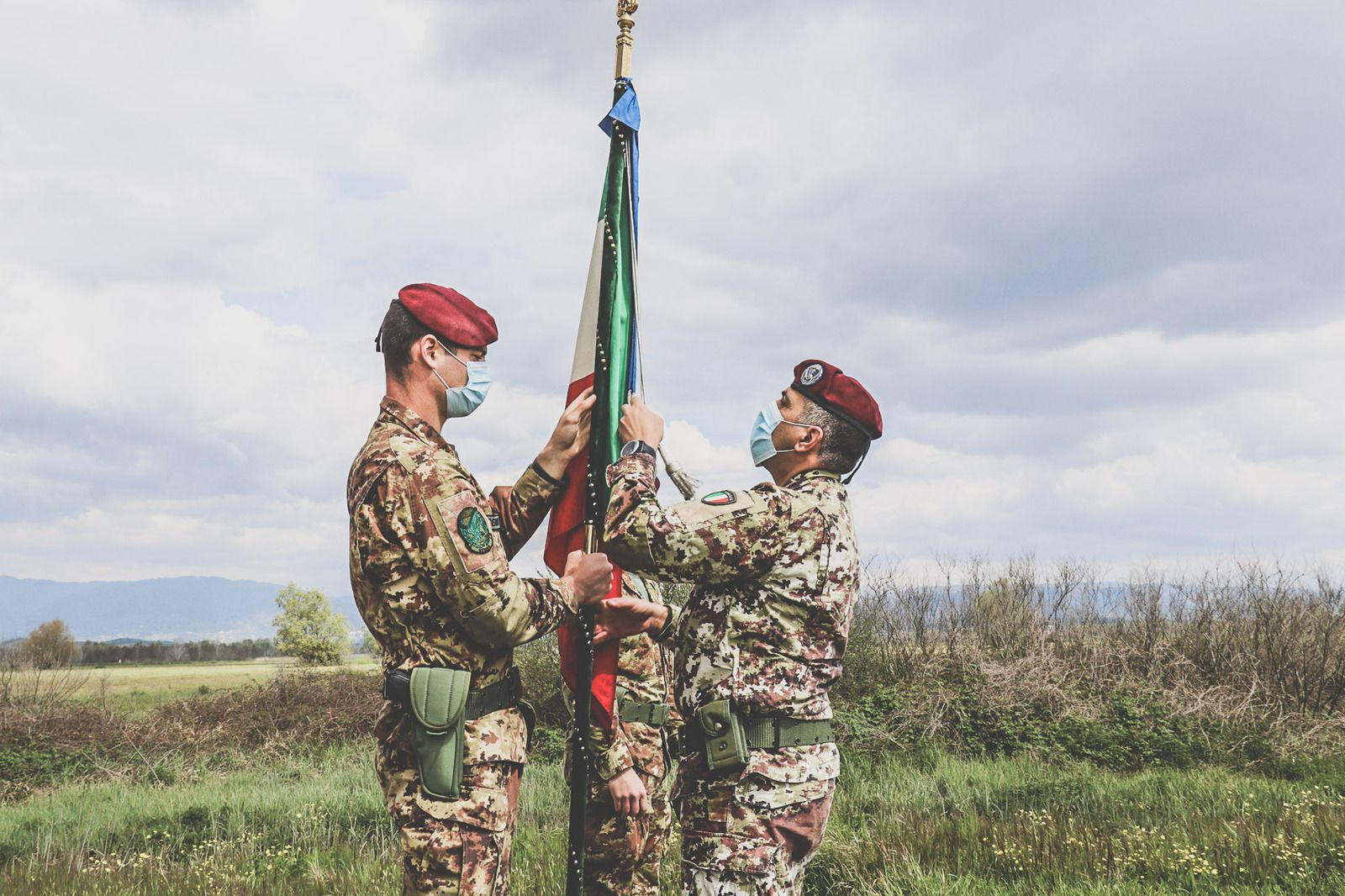 """Pistoia:aviolancio della Bandiera di Guerra del 183°""""Nembo"""""""