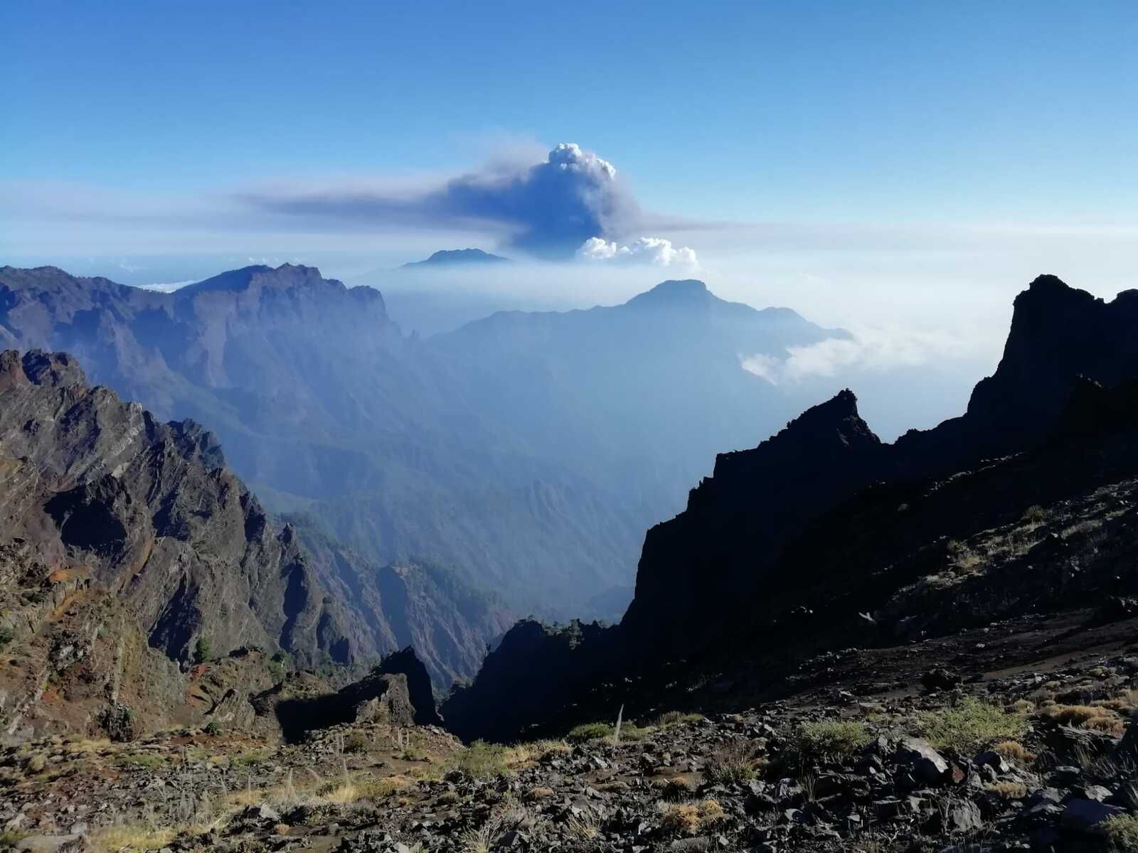 LaPalma / Cumbre Vieja - ash plume and gas seen from the N.P. of the Taburiente caldera, on 09.10.2021 - IGME photo