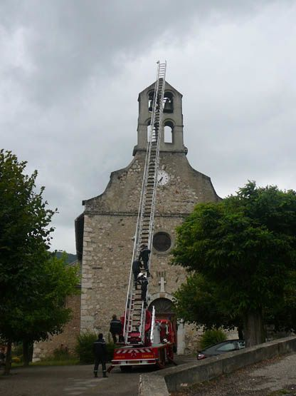photo des pompiers à l'ntrainement sur le clocherde Vèbre