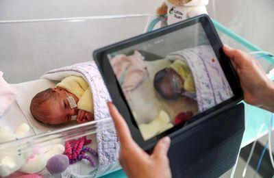 Amor virtual: Las videollamadas conectan a madres y bebés en un hospital de Colombia