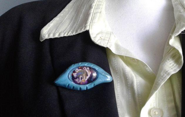 Broche oeil surréaliste,peinture bleu violet, jaune blanc,par artiste peintre, cadeau femme bobo bohème,gothique baroque,comedia del arte,avant garde,contemporain,fait mains en france