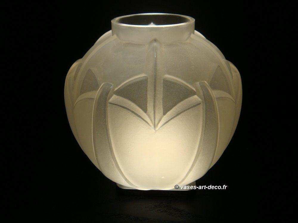 "Vase Hunebelle ""Nymphéa"" verre blanc satiné et poli"