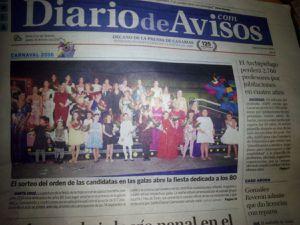 Los periódicos se hacen eco de la gala que abre el carnaval de Tenerife. En la foto de abajo nuestra candidata Sheila enseña el nº del orden de participación  y en la foto de Alvaro Armas posando con el Alcalde de Santa Cruz de Tenerife.