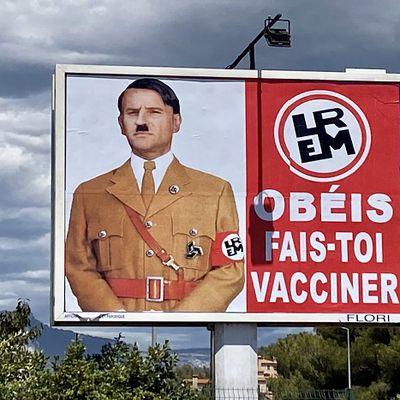 À Toulon, un afficheur transforme Macron en Hitler avec le slogan : « Obéis, fais-toi vacciner »