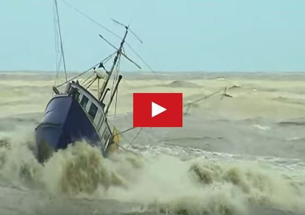 VIDEO - Bateaux de pêche pris dans les remous !