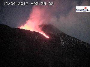 Etna - 14.04.2017 à 01h29 et 5h29 - webcams LAVE - un clic pour agrandir