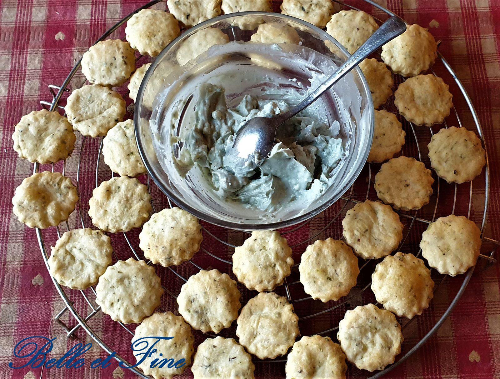 Macarons aux herbes fourrés à la crème de roquefort