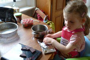 Atelier fraises/chocolat à la maison et les terrifiants cookies de Dorian