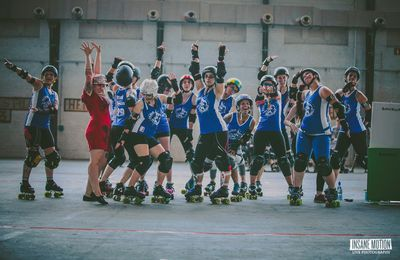 Rose chausse ses patins pour le Paris RollerGirls - PAROLES D'ENGAGÉS E06
