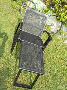 Chaise longue noire et design. en cannage moderne