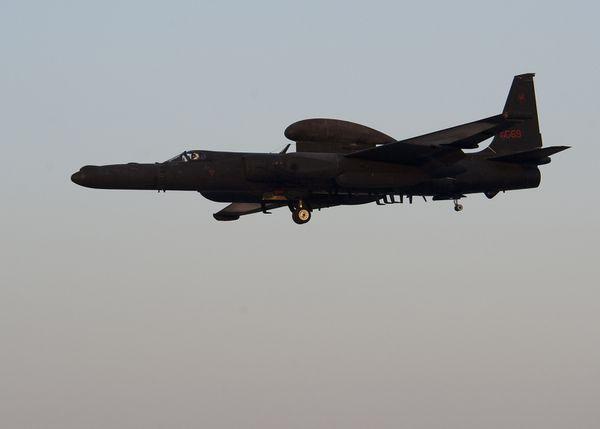 © USAF - Atterrissage d'un U-2S «Dragon Lady» sur une base aérienne en Asie.