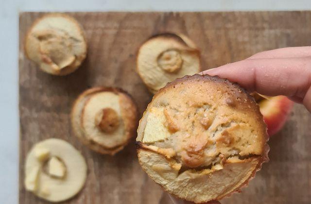 Muffins aux pommes et aux noix et joli livre