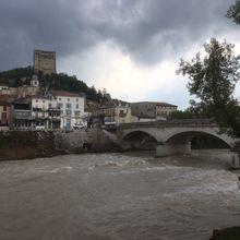 Regard sur la Drôme en crue, à Crest