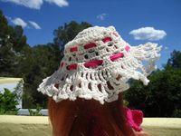 La capeline provient d'un chapeau miniature sur internet. A plus copinautes.