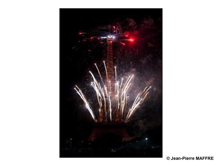 En 2009, la Tour Eiffel avait 120 ans. A l'occasion du feu d'artifice du 14 juillet, elle s'est transformée, dans un déchaînement de feu et de couleur, en bougie géante pour fêter son anniversaire et rendre un hommage à son créateur.