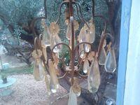 Une fois ce lustre nettoyé, les pampilles mises de côté, le cable ôté, il devient un joli présentoir à bijoux :)