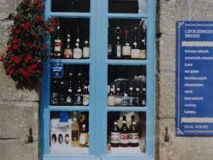 Bretagne littorale-portes bleues-voisines-murs de grès-fenêtre-bleue-vitrine-Cl. Elisabeth Poulain