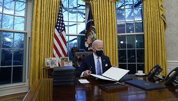 #USA : #Biden signe 17 décrets exécutifs à son arrivée au Bureau Ovale = vraiment ?