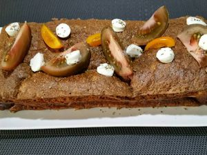 3 - Une fois refroidi, placer le cake dans son moule au réfrigérateur pour au moins 1 heure pour qu'il fige. Démouler sur un plat de service, et servir frais ou légèrement réchauffé en décorant votre cake.