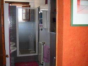 jaune et bleu puis rose et fushia, puis nouveau relookage en bleu gris, blanc et taupe. Le WC est refait en gris, blanc et rouge.