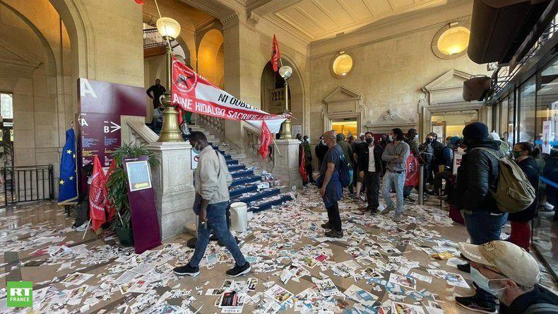 Eboueurs et égoutiers envahissent la mairie du XIIIe arrondissement de Paris