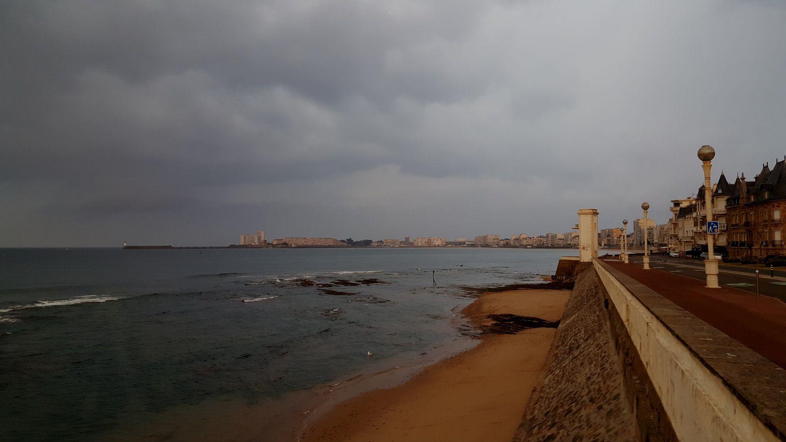 Promenade matinale aux sables d'Olonne sous ciel menaçant