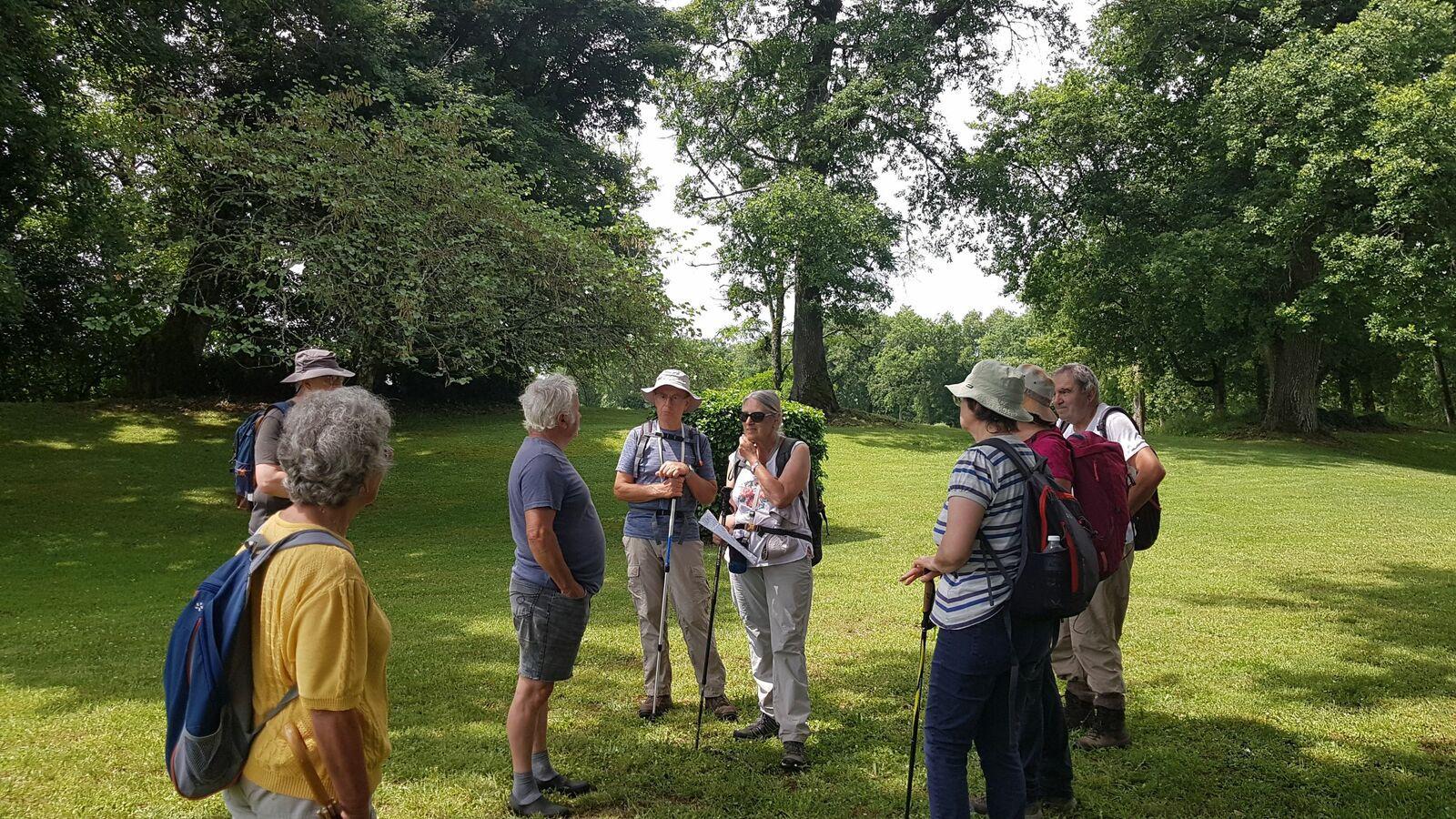 Palabres avec le gardien qui nous donne quelques explications dans ce parc garni de somptueux chênes.
