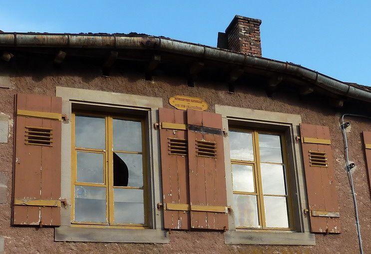sur cette maison de Clairegoutte on voit cette plaque sujet de la devinette