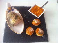 Feuilletés de foie gras au poivre noir et sa compotée d'abricots maison à la vanille .