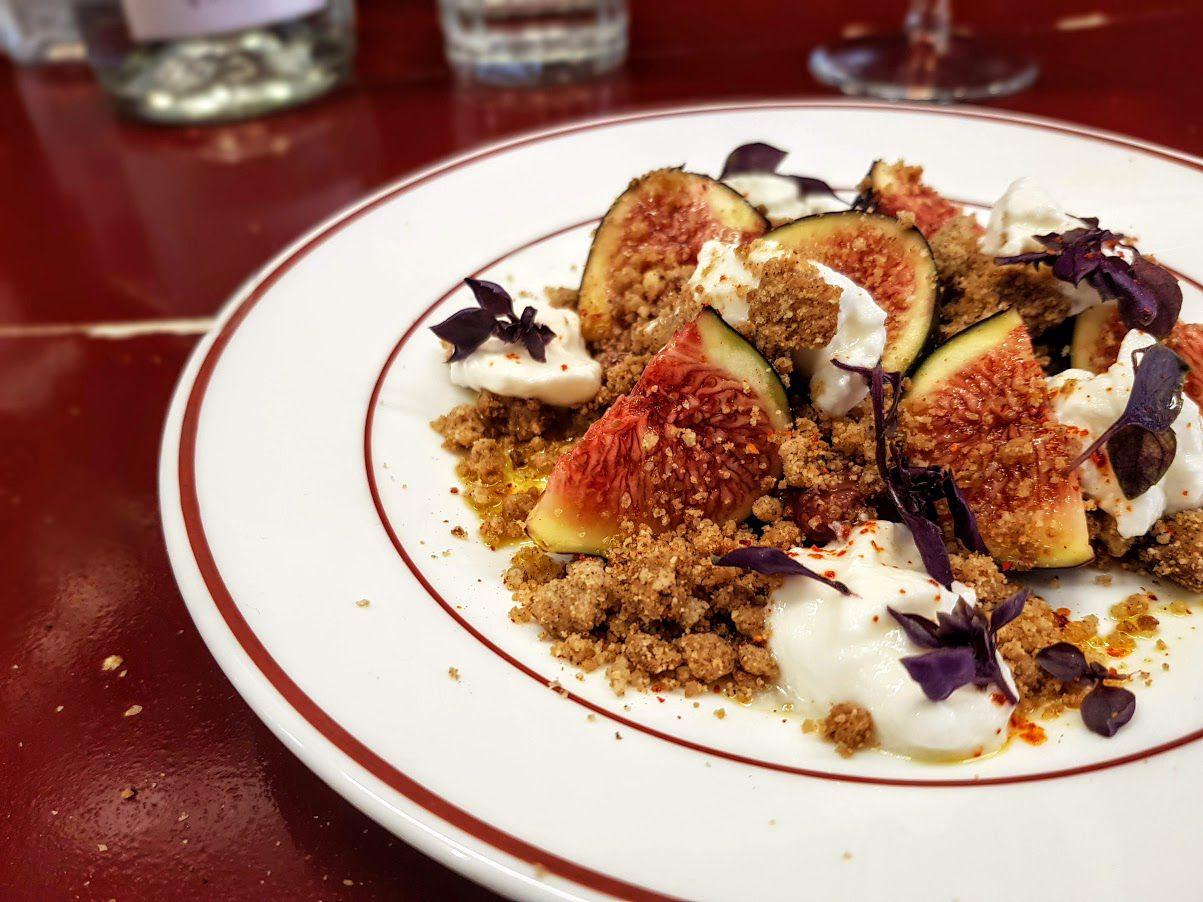 Figue, faisselle, crumble Sarrasin Lolo Cave à manger restaurant Paris 9