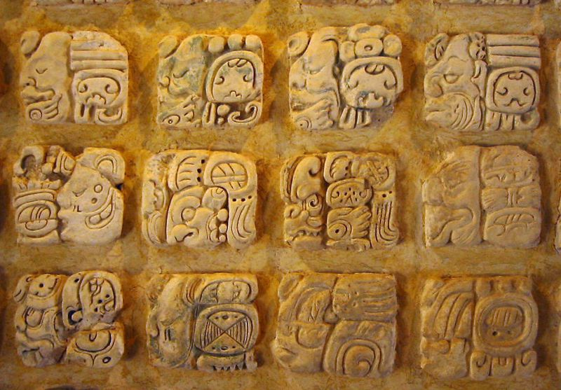 Glyphes mayas en stuc