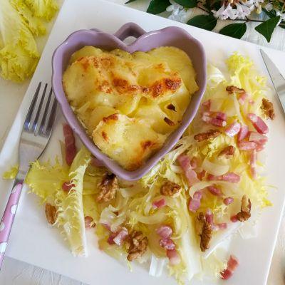 Gratin de pommes de terre au reblochon et salade de Friseline