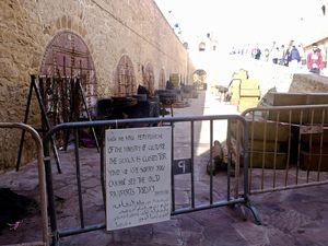 """La Skala de la Kasbah....un lieu mythique pour le cinéma puisque c'est précisément ici que fût tourné une scène mémorable du film d'Orson Welles, """"Othello"""" ainsi que des scènes de la série """"Games of Throne"""". Et, je le devine c'est aussi ici que le célèbre John Wick a terrassé ceux qui s'approchaient de lui d'un peu trop près....Après le tournage du film, une scène étonnante sur le marché, où les marchands se répartissaient l'argent offert par la production, en dédommagement de la fermeture de leur boutique. J'ai même cru à un ban de goélands se partageant un repas tellement ça jacassait...ahahahah..."""