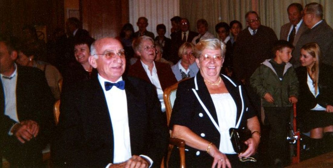 En Octobre 2001, dans la salle des mariages de la Mairie d'Halluin, Jean et Gisèle Delafosse-Menet fêtent leurs Noces d'Or.