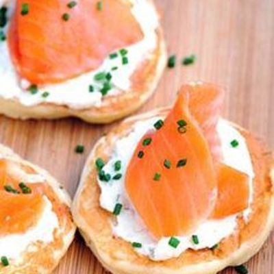 Blinis au saumon fumé sur lit de chantilly