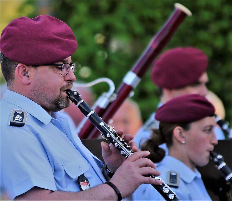 Veitshöchheimer Heeresmusiker begeisterten mit einem grandiosen Serenadenkonzert vor der Traumkulisse des Hofgartenschlosses  im Rahmen der Woche der Militärmusik