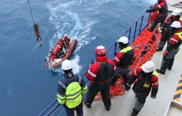 Vendée Globe - photo reportage du sauvetage de Kito de Pavant par le Marion Dufresnes