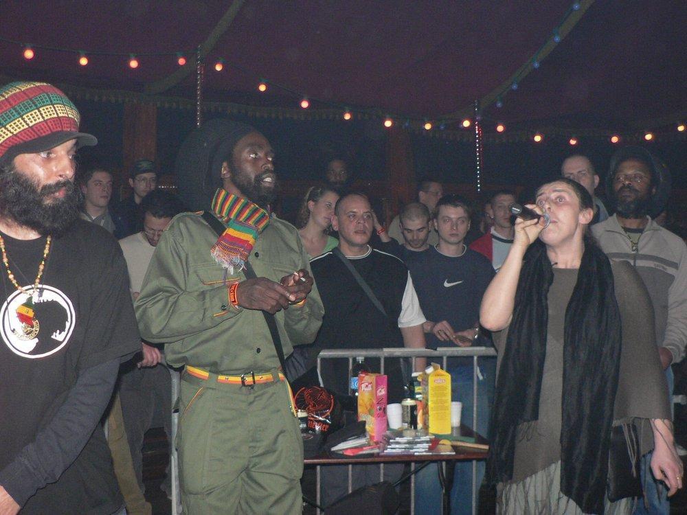 "<a href=""http://www.reggae-blog.com/article-2177275.html""><img align=""right"" alt="""" class=""CtreTexte"" src=""http://idata.over-blog.com/0/00/48/63/avr-2006/tmb/08-04-alton-ellis-cabarettn.jpg"" /></a><span style=""font-weight: bold;"">Omar Perry</span>, <span style=""font-weight: bold;"">Leroy Brown</span>, <span style=""font-weight: bold;"">Alton Ellis</span>, et <span style=""font-style: italic; font-weight: bold;"">Dub Meeting</span> avec <span style=""font-weight: bold;"">King Shiloh</span> et <span styl"