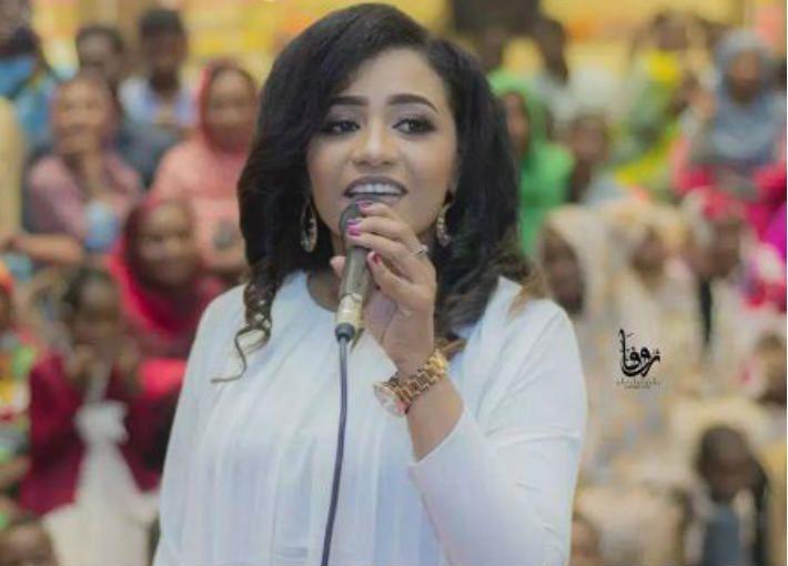 Imágenes de la cantante norsudanesa Mona Magdi, arrestada por llevar pantalones muy ajustados.- El Muni.