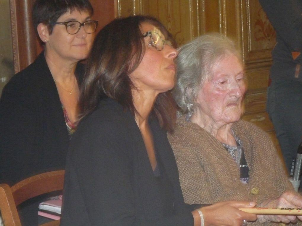 Annie Sedan et son adjointe à la culture Paulette Boukhalo étaient présentes, aisi que Frédérice Durnerin Directeur de l'Agora. Sur les photos on reconnaît aussi Maurice Bouchaïb, Directeur de l'Hôpital, Marilyn Barillot animatrice culturelle de l'EHPAD et bien sût les deux artistes, Fabrice et Frédéric