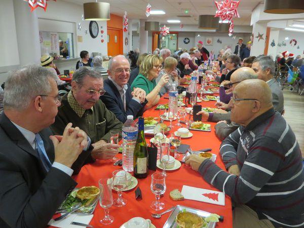 Le déjeuner de Noël avec les résidents, les salariés, les administrateurs et les bénévoles..