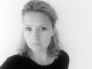 """Muna Wagner, geboren 1982 in Brasilia, wächst in fünf verschiedenen Ländern auf und entwickelt früh eine Faszination für die Vielfalt der Kulturen und die Menschheit verbindende Elemente. Dieses Thema ist ein stetiger Begleiter in ihrem Beruf, sei es als freie interkulturelle Trainerin oder als Autorin der Kolumne """"Über den Tellerrand"""" und Gastbloggerin zu gesellschaftspolitischen Themen. Daneben schreibt sie Gedichte, von denen einige 2006 in Indien veröffentlicht werden. Dem Medium Film an sich und dem Drehbuchschreiben im Besonderen, das sie schon früh als erzählerisches Format begeistert, widmet sie sich 2009 mit dem Studiengang """"Screenwriting"""" an der New York Film Academy, USA. Mit dem Drehbuch FORGIVE AND FORGET, in dem es um die Vergebung in einer jüdisch-deutschen Familie geht, schließt sie ihr Studium ab. Für die indische NGO WasteLess verfasst sie 2012 Kurzgeschichten, in denen sie Kinder schrittweise an Umweltschutz heranführt; diese Geschichten werden an staatlichen Schulen als Lehrmaterial eingesetzt. Derzeit arbeitet sie nach STILLE (2015) an ihrem zweiten Kurzfilm DAS PICKNICK."""